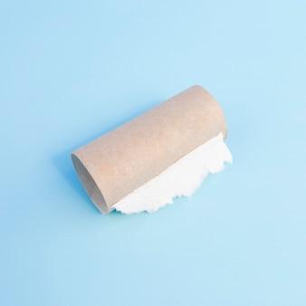 Pusta rolka papieru toaletowego o dużym kącie