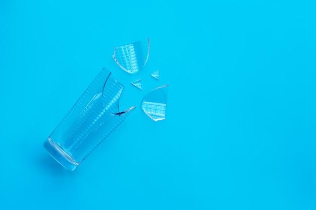 Pusta rozbita szklanka.