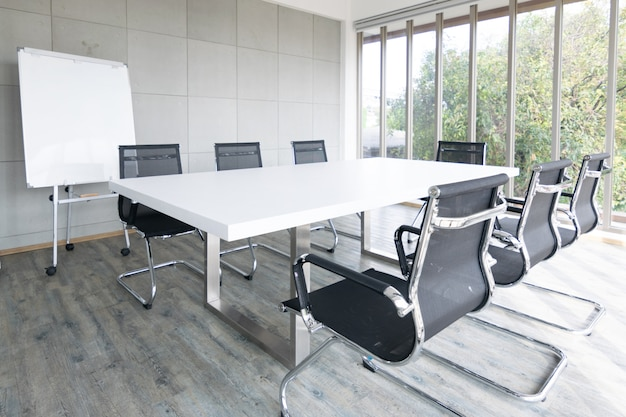 Pusta sala konferencyjna konferencja z krzesłem, stołem i białą deską