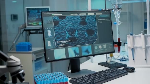 Pusta sala laboratoryjna z animacją dna na monitorze