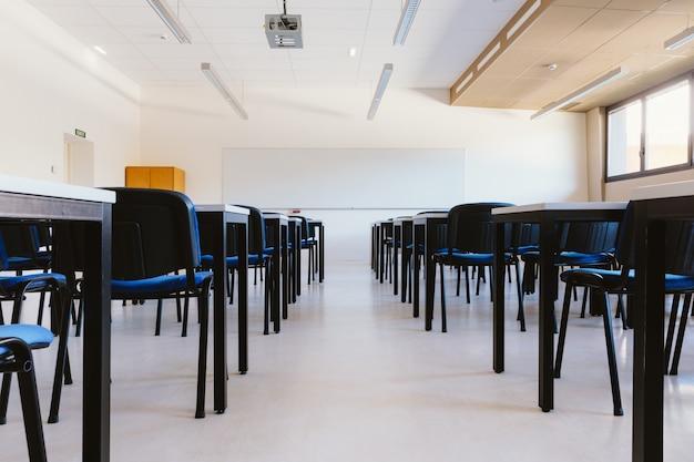 Pusta sala lekcyjna na uniwersytecie edukacyjnym