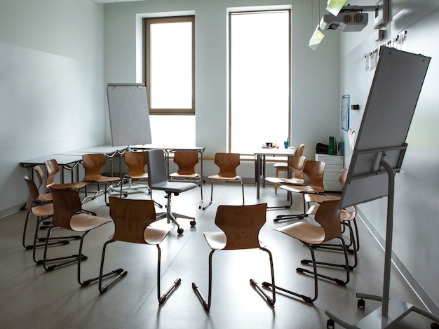Pusta sala lekcyjna z krzesłami w kręgu