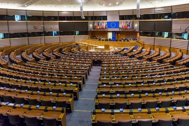 Pusta sala plenarna parlamentu europejskiego w brukseli, belgia