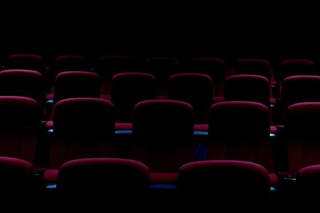 Pusta sala teatralna lub kino z czerwonymi siedzeniami