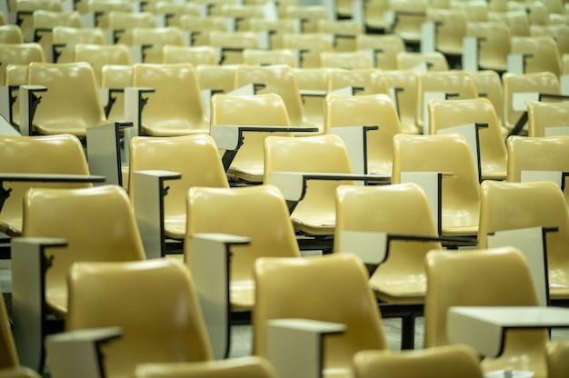 Pusta sala wykładowa uczelni w czasie wakacji nie ma studentów w klasie.