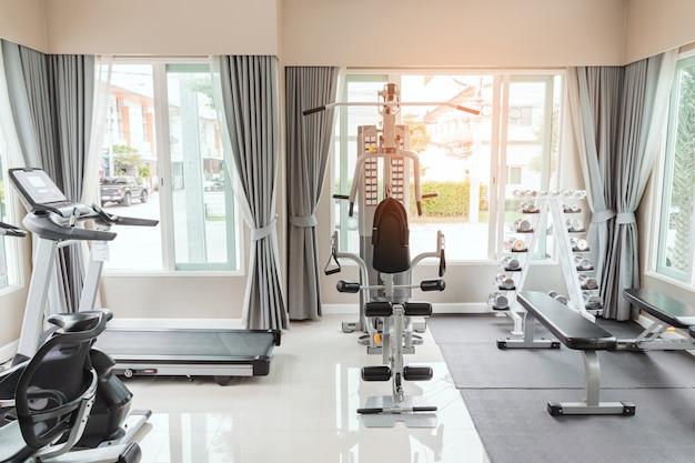 Pusta siłownia lub sala ćwiczeń ma wiele rodzajów sprzętu, ale nikt ich nie używa.