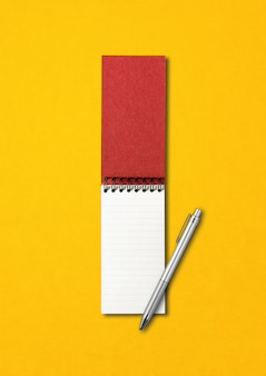 Pusta spirala pusty notatnik i makieta pióra na białym tle