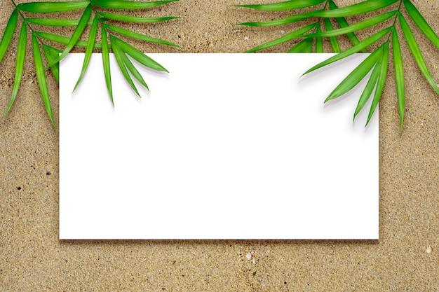 Pusta strona na piaszczystym tle z dekoracją liści