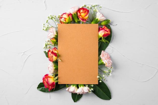 Pusta strona notatnik z gałęzi kwiatów