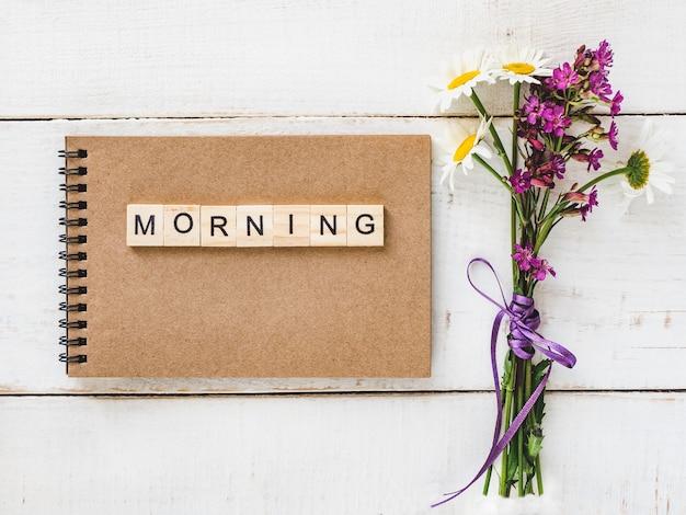 Pusta strona notatnik z listami i słowem rano