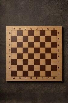Pusta szachownica na ciemnym tle