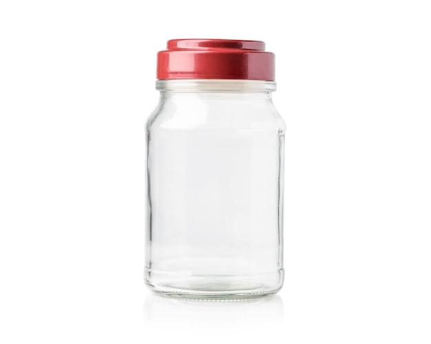 Pusta szklana butelka kawy z różową czerwoną pokrywką na białym tle