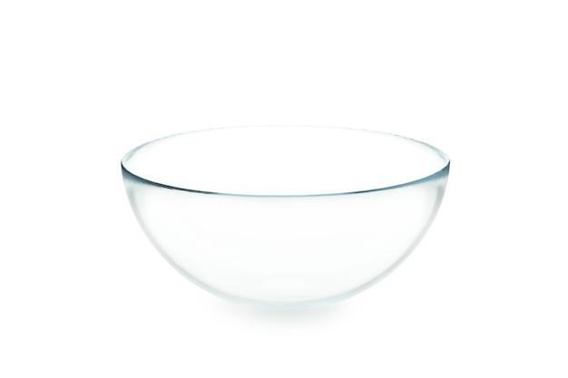 Pusta szklana miska na białym tle