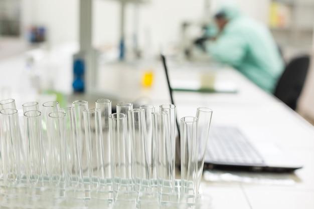 Pusta szklana probówka w laboratorium. koncepcja: badania