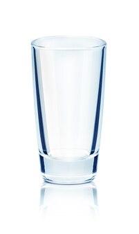 Pusta szklanka na odblaskowej powierzchni na białym tle