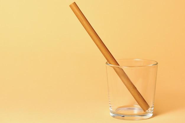 Pusta szklanka ze słomką bambusową