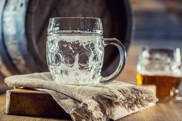 Pusta szklankapusta szklanka do piwa w pubie lub restauracji na ladzie barowej