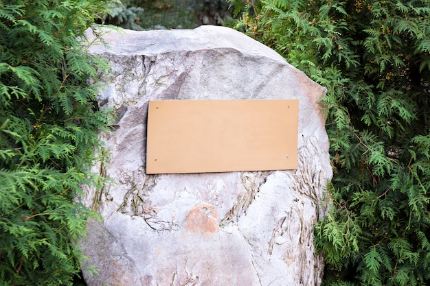 Pusta tablica na kamieniu