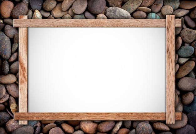 Pusta tablica na skałach