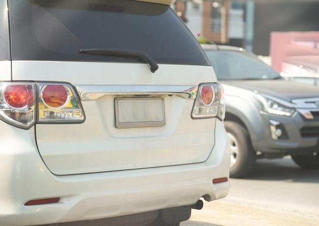 Pusta tablica rejestracyjna samochodu na białym suv widok z tyłu