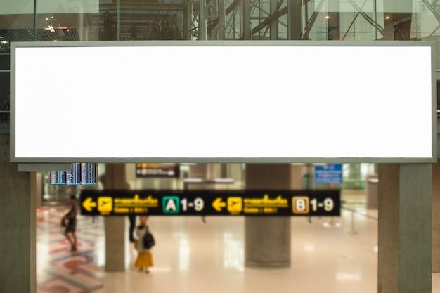 Pusta tablica reklamowa na lotnisku duża reklama lcd