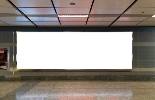 Pusta tablica reklamowa na stacji metra. przechowuj puste okno prezentacyjne ulicy na stacji metra. przedni widok