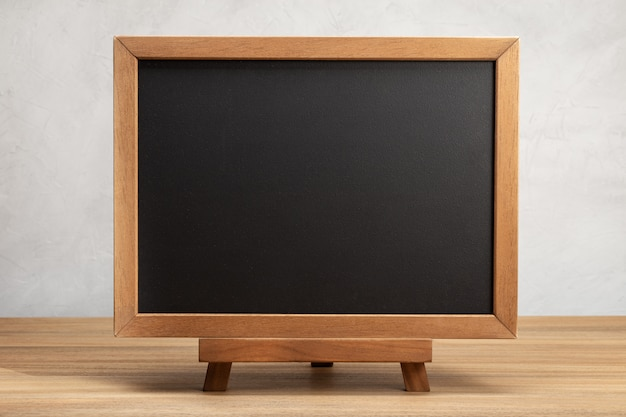 Pusta tablica szkolna na stole.