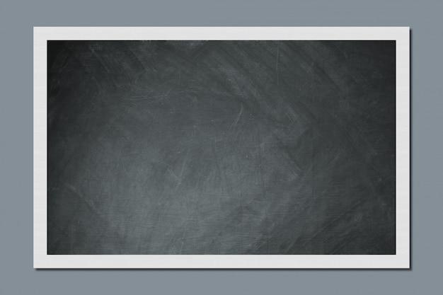 Pusta tablica wisi na szarej ścianie w klasie. koncepcja edukacji i szkoły. puste miejsce na informacje lub reklamę.