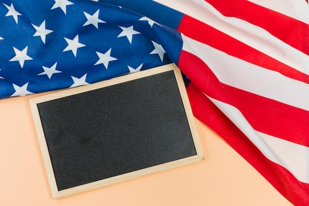 Pusta tablica z flagą usa