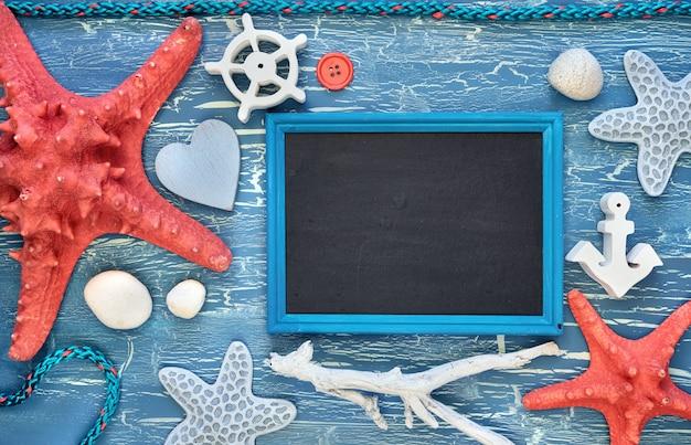Pusta tablica z muszli morskich, kamieni, liny i rozgwiazdy