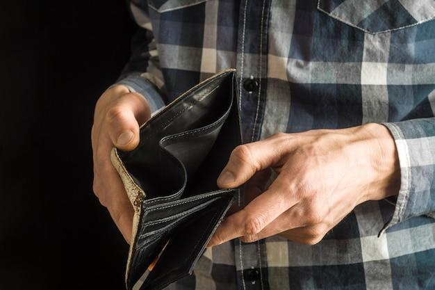 Pusta torebka w rękach mężczyzny. ubóstwo w koncepcji przejścia na emeryturę