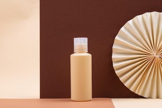 Pusta tubka kosmetyczna z papierową dekoracją