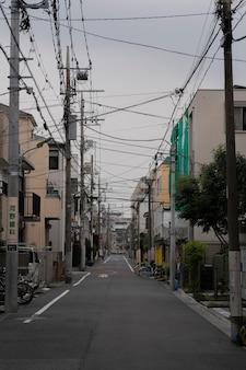 Pusta ulica japonii z rowerem