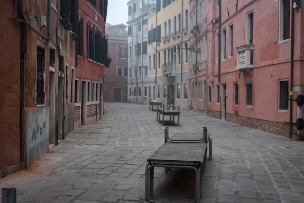 Pusta ulica z anty powodzi rampami w starym grodzkim wenecja, włochy