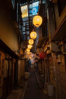 Pusta wąska ulica z widokiem na miasto światła