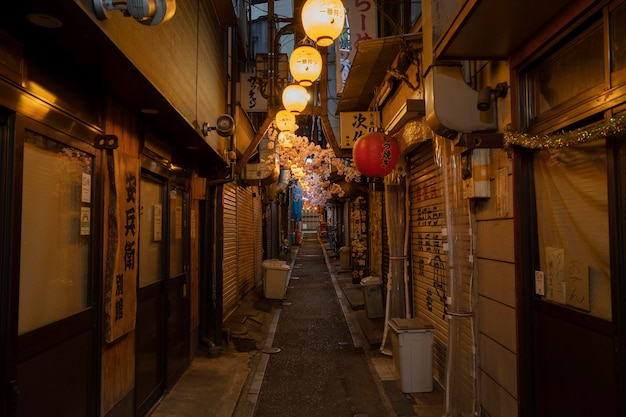 Pusta wąska ulica ze światłami