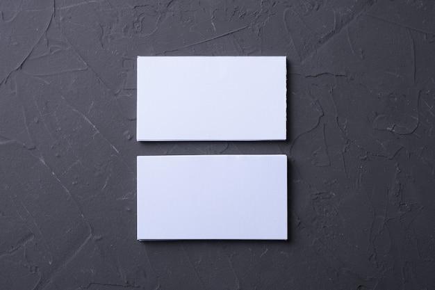 Pusta wizytówka na tle skały betonowej. kreatywne biurko projektanta. leżał na płasko. skopiuj miejsce na tekst.