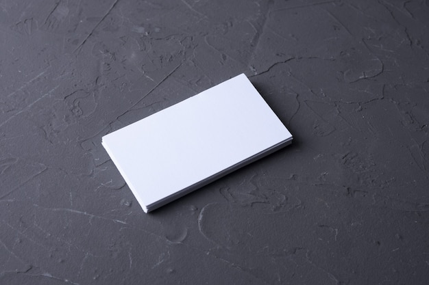 Pusta wizytówka na tle skały betonowej. papeteria firmowa, makiety brandingu. kreatywne biurko projektanta. leżał na płasko. skopiuj miejsce na tekst. szablon identyfikatora.