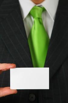 Pusta wizytówka w kolorze białym przed garniturem i krawatem