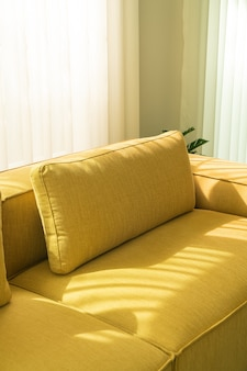 Pusta złota musztardowa sofa w salonie