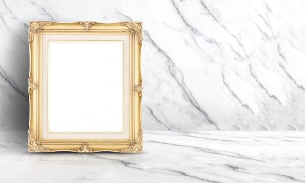 Pusta złota rocznik rama przy białym czystym marmurem ściennym i podłogowym tłem
