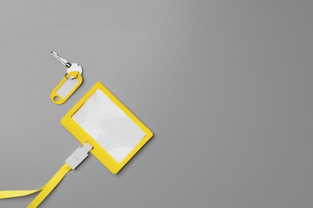 Pusta żółta odznaka makiety na szaro z bliska