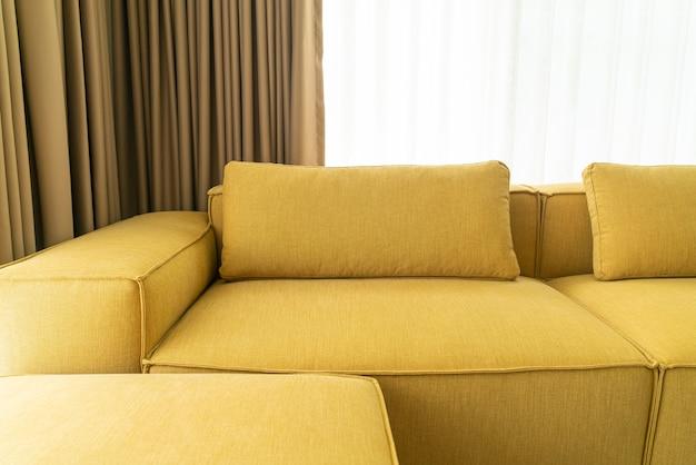 Pusta żółta tkanina dekoracja sofy wnętrze w salonie w domu