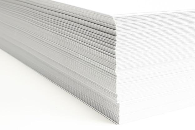 Puste ar papier firmowy stos makro widok z selektywnej ostrości na białym tle.