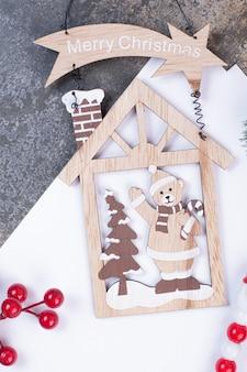 Puste arkusze papieru z dekoracjami świątecznymi na marmurowej przestrzeni.