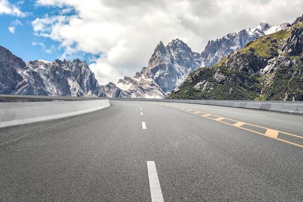 Puste autostrady i odległe góry