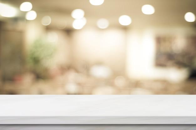 Puste białe biurko na blacie nad sklepem z rozmyciem