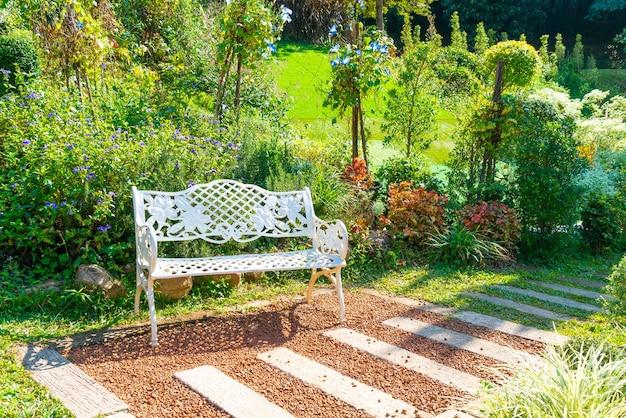 Puste białe krzesło w ogrodzie