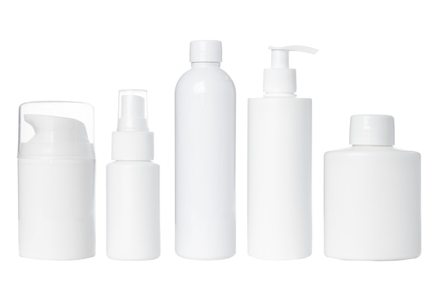 Puste białe plastikowe butelki na kosmetyki, krem, balsam, serum, leki na białym tle. odosobniony