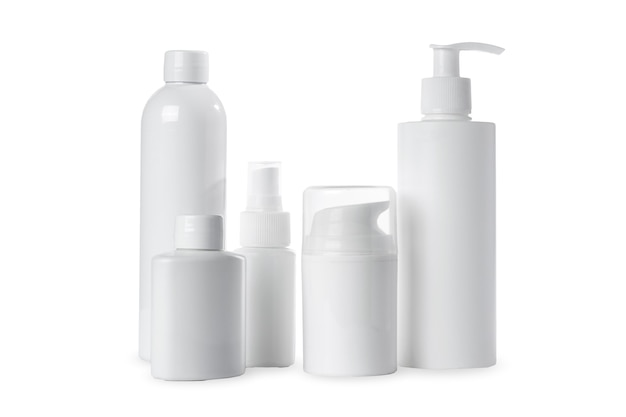 Puste białe plastikowe butelki na kosmetyki na białym tle. izolowany i makieta